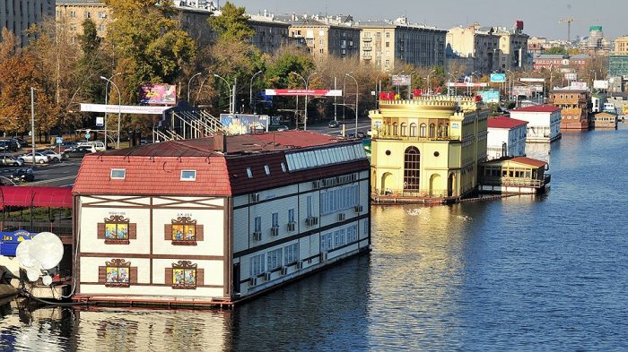 Плавающие дома: от крошечных барж до целых деревень и городских кварталов