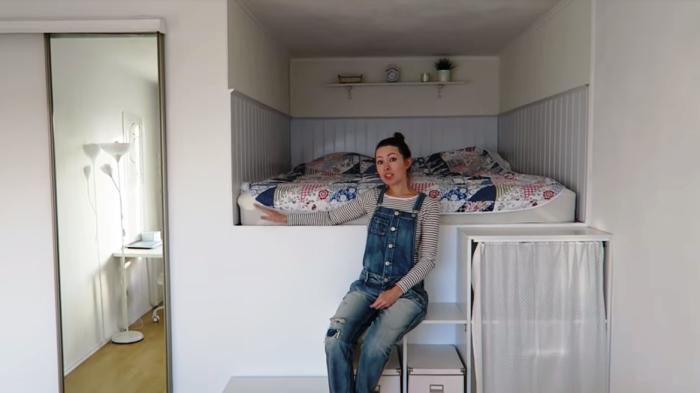 Девушка смастерила кровать-чердак с гардеробной и кладовкой в придачу в «однушке», чтобы не загромождать все шкафами