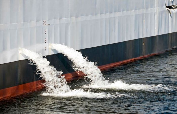 Почему из борта корабля периодически бьет фонтаном вода