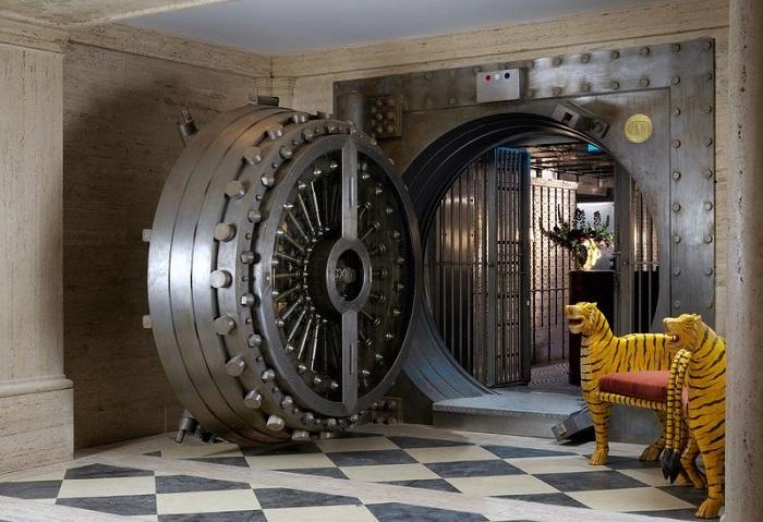 Всех впускать   никого не выпускать: бар, оборудованный на месте банковского сейфа