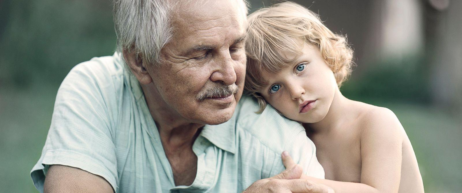 Фотограф делает цепляющие за душу снимки встречи двух поколений