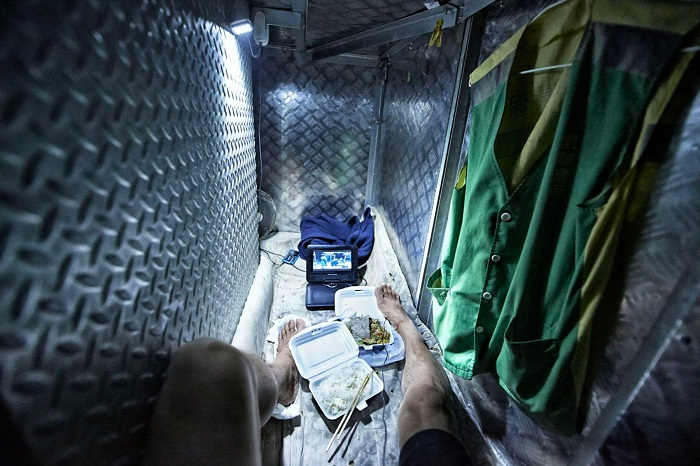 Коммуналки по-гонконгски, или Как живется простому народу в «клетках-гробах» площадью 2 кв м