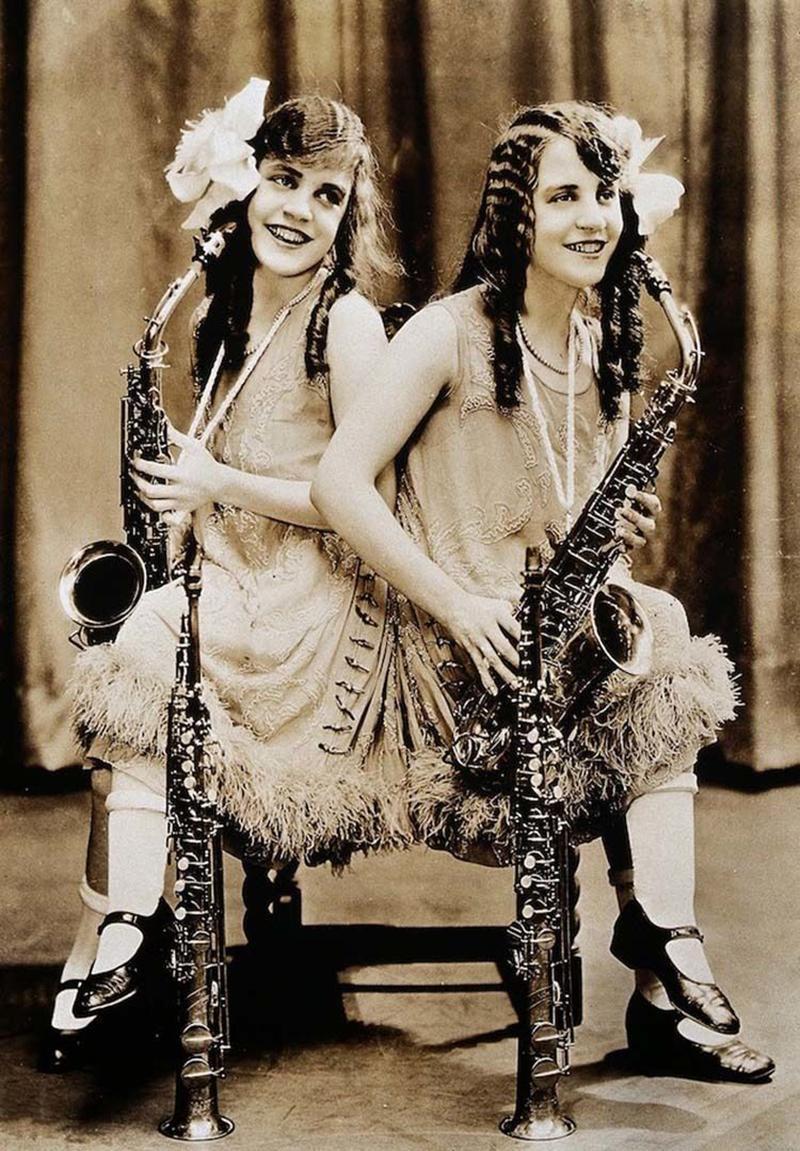 Загадочная жизнь сестер Хилтон — талантливых, но несчастных сиамских близнецов