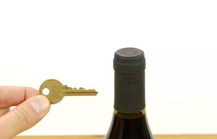 Простой фокус с ключом, который поможет открыть вино без штопора