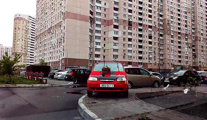 Этот водитель из Киева думал, что если у него Chevrolet, то ему все можно… Но его находчиво проучили!
