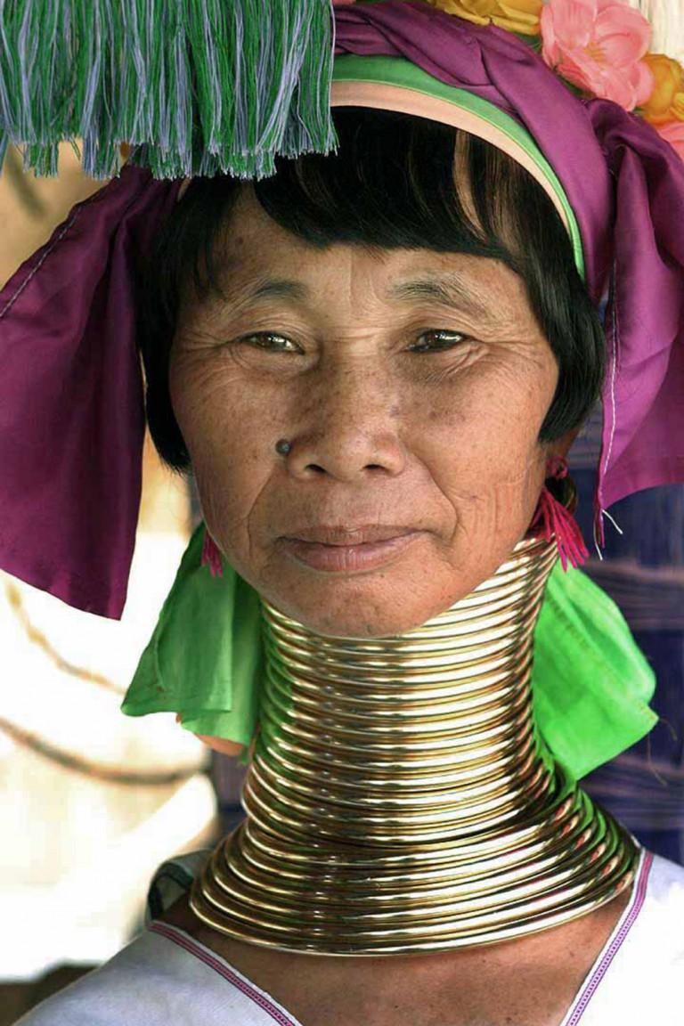 """""""Женщина жираф"""", которая 5 лет растягивала свою шею, наконец то сняла медные кольца!"""