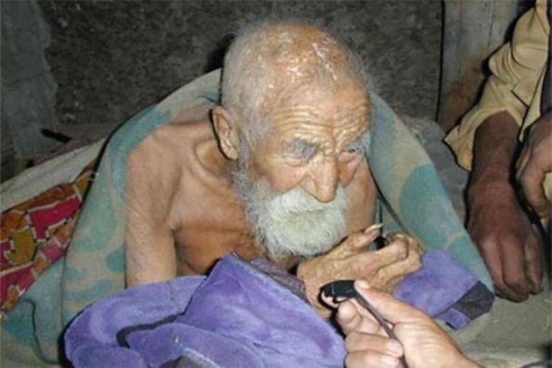 Этот мужчина говорит, что ему 182 года, и утверждает, что он бессмертен