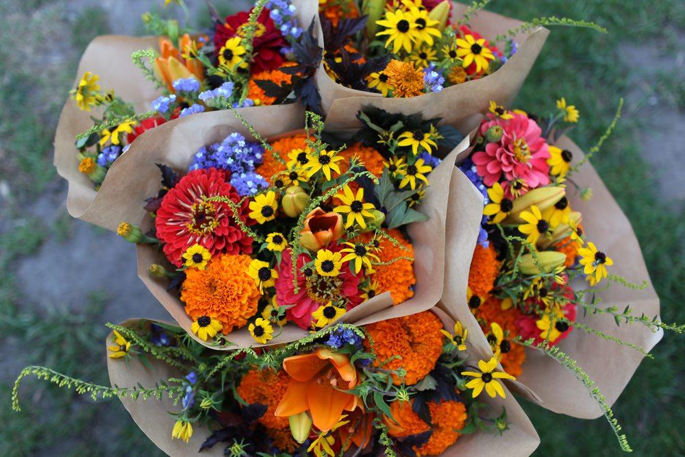 Букет гостей на свадьбу, букет из 11 цветов и клубники своими руками